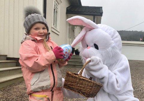 Aurora Sundet blir kjempeglad når påskeharen kommer på besøk.