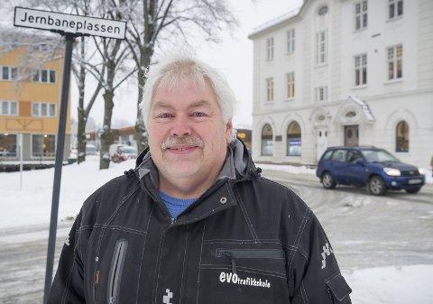 Daglig leder og kjøreskolelærer ved EVO Trafikkskole, Jan Røkland, går hardt ut mot Statens Vegvesen etter mangel på førerprøver.