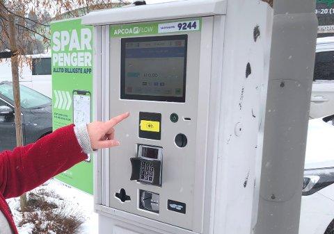 ENGASJERER: Mange undrer seg over om det er trygt å ta på parkeringsautomatene.