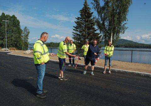 Nye Hanor rasteplass ved fv. 24 i Nord-Odal åpnet fredag 9. juli. Snora ble klippet av Sondre Snekkerhaugen (t.v.) fra Lia maskin og transport AS og Stig Aasheim fra Nord-Odal kommune.