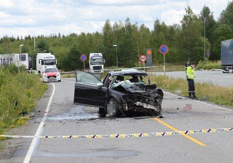 HØY FART: Politiet mener at sjåføren har hatt høy fart gjennom svingen – som kan skimtes bak i bildet – og kommet over i motsatt kjøreretning før ulykken skjedde.