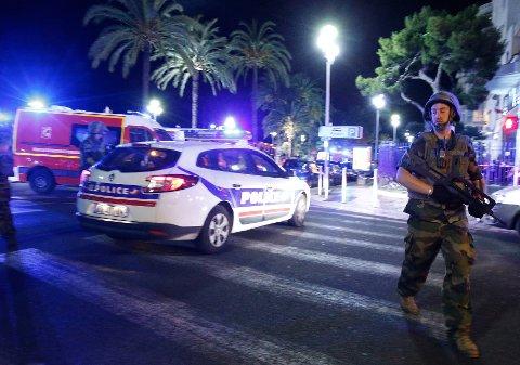 Minst 80 personer er drept etter at en lastebil kjørte inn i en folkemengde i Nice under feiringen av 14. juli.