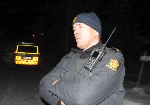 JAKTER PÅ RANERE: Like før klokken 24.00 natt til fredag hadde innsatsleder politibetjent Haakon Bolstad, Dombås, ikke nye opplysninger om jakten på ranerne.