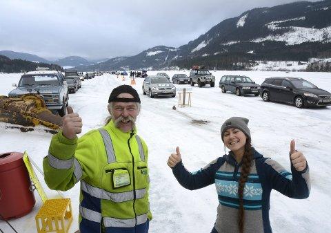 Biler så langt du ser: Trond Bjerkestuen og datteren Britt-Iren var strålende fornøyde med at endelig kunne åpne isbanen på Losna igjen lørdag, etter et år med mye motgang.alle foto; hans petter eide