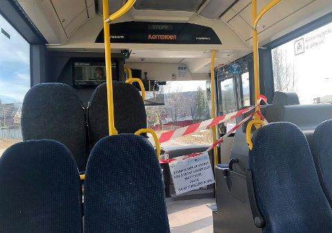 AVSPERRET: Den fremste delen av bussene er sperret av. Passasjeren må gå på bak. Her fra bybussen i Hamar.