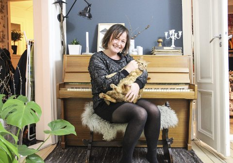 Blogger: Ann Merete Slåttland fra Lunner driver interiørbloggen kreativ-i-tet. Pusen Sofus og pianoet er også fra Hadeland.