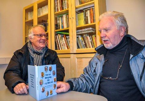 TI HADELENDINGER FORTELLER: Jan Reidem (t.v) med den rykende ferske boka der ti hadelendinger forteller sin historie fra oppvekst etter krigen. En av dem er Viggo Bråthen (t.h.)