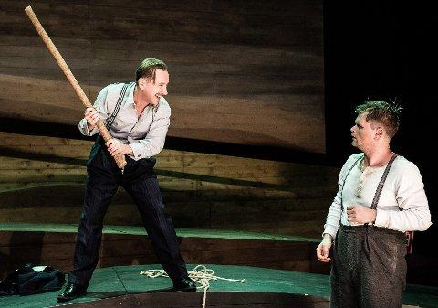 RIK OG FATTIG: Robert Skjærstad (til venstre) og Tom Styve er hovedkarakterene i stykket, og motsetningene er sterke og skjebnesvangre.
