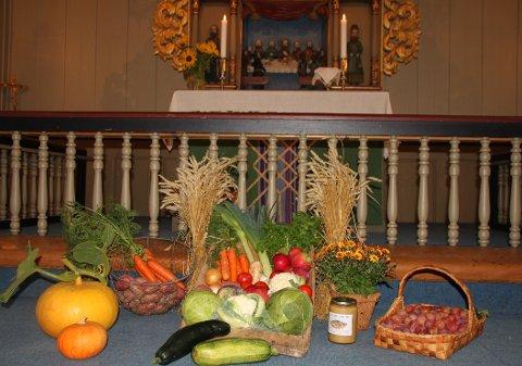 Pyntet med høstens grøde til Høsttakkefest i Nes kirke 29. september.