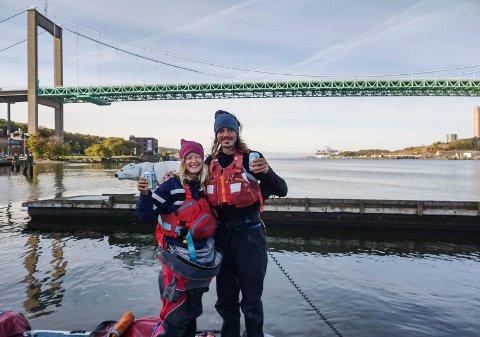 TO ØL: En mann fra Göteborg hadde fulgt parets reise, og sto klar med to øl når de kom fram til byen.