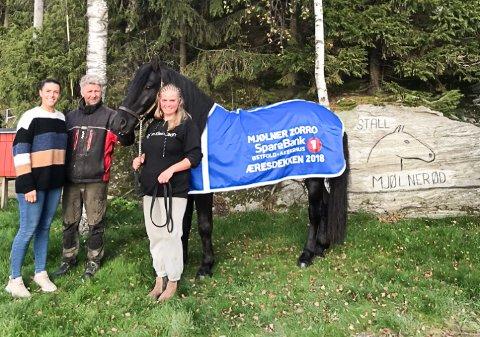 HEDRET: Mjølner Zorro ble tildelt Sparebank1s æresdekken for 2018. Fra venstre: Emma Kristine Volden (styremedlem i Halden og omegn travselskap), Jan Roar Mjølnerød (eier og trener), Mjølner Zorro og Elise Alfredsen (oppasser).