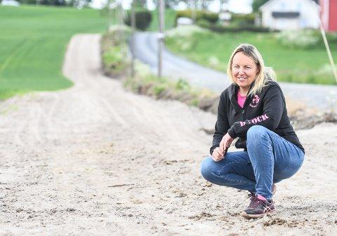 TRENINGSVEI: Lena Fjeld og mannen Tommy har bygget ny treningsvei for travhester ved siden av Mjølnerødveien. Treningsløypa er på totalt 1.600 meter.