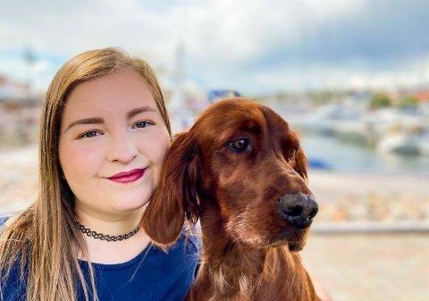 HUNDESPA: – Jeg har allerede startet opp litt og tar nå i mot hunder hjemme på Nybo. Men planen er å finne et lokale og drive med dette et annet sted enn hjemme, sier Karoline-Michaela Riise - her sammen med hunden Merida.
