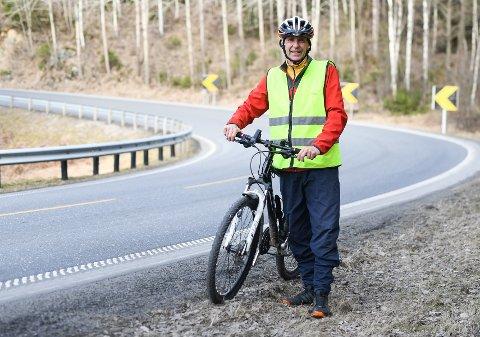 BEKYMRET: Terje Ivar Nomell har ingenting imot syklister på landeveien, men er bekymret over at mange er svartkledde i tøyet.