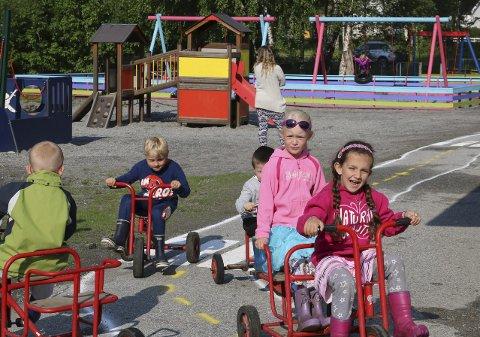 NY BILVEI: Den nye bilveien som snor seg rundt barnehagen på uteområdet ble fort populær blant ungene.