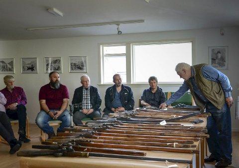 Seminar på Utne:  Rundt 20 våpen var samla inn frå ulike museum i Hardanger. Christensen trur at våpena er omlag 400 år gamle.