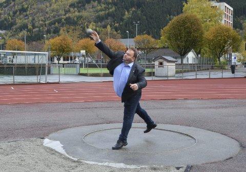 Vinnerkastet: Odda-ordfører Roald Aga Haug (Ap) vant den uhøytidelige kulestøtkonkurransen med et støt på ca. ni meter. – Dette var veldig kjekt. Jeg håper opprustingen av anlegget vil føre til at flere får lyst til å drive med kulestøt, sier han. Foto: Ernst Olsen
