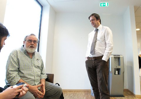FÅR DOMMEN: Onsdag får tidligere daglig leder i SOS Rasisme Kjell Gunnar Larsen og sju andre tidligere medlemmer av og/eller ansatte i organisasjonen dommen. Her er Larsen sammen med sin forsvarer John Christian Elden under rettssaken i Haugaland tingrett.