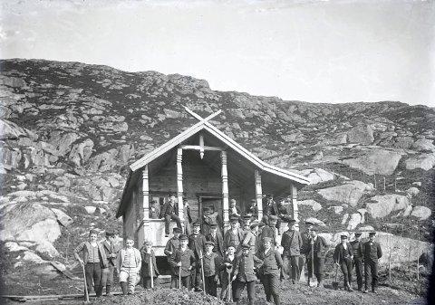 RAMSDALEN: Bildet viser en skoleklasse som er klare for planting i Ramsdalen. Hytta er lektor Sverre Malmins hytte i Ramsdalen. Lærer John A. Døsseland står i døråpningen. Bildet er antakelig tatt i 1901, da den første plantingen ble gjort i Ramsdalen. ALLE FOTO: KARMSUND FOLKEMUSEUM