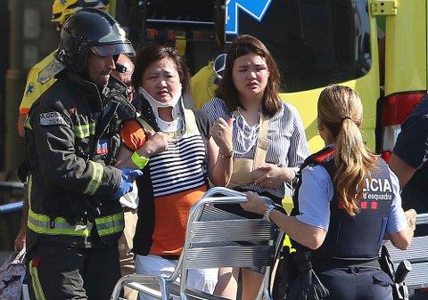 Sårede personer behandles etter terrorangrepet i Barcelona torsdag ettermiddag.