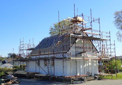FRA 1930: Råteskadene som er oppdaget i Udland kapell stammer fra lekkasjer utenfra. Nå er den gamle takkonstruksjonen byttet ut og de gamle skifersteinene blir lagt nyvaskede tilbake på taket.