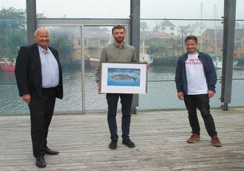 Prisen ble delt ut av konsernsjef Olav Linga i Haugaland Kraft (t.v) og festivalsjef Andreas R. Meland fra Sildajazz. Prisvinner Jan Martin Gismervik i midten.