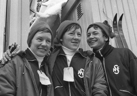 Jentut'n:  Bildet er fra 1966 i Holmenkollen. Da slo Jentut'n gjennom for fullt med sølv på stafetten. To år etter ble det gull i OL i Grenoble. Fra venstre Berit Mørdre, Inger Aufles og Ingrid Wigernæs. Det var Babben Enger som tok Wigernæs sin plass i Grenoble, og Ingrid var trener og leder.