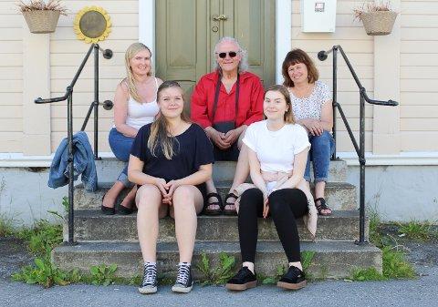 Trubadurer: Bakerst f.v.: Christin Eriksen, Arvid Martinsen og Ellen Steffenrem. Fremst f.v.: Lotte Lise Leknes og Anna Fauske.