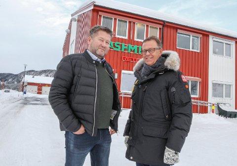 MOTTAK AV BILER: Dette bildet ble tatt i februar i år, da Bjarne Brøndbo (t.v.) og Håkon Johansen fortalte om tanker og planer for å etablere et mottaksapparat for utrangerte biler på Åremma. Nå er konsesjonssøknaden sendt til Fylkesmannen. Planene gjelder også et satelittmottak i Sandnessjøen.