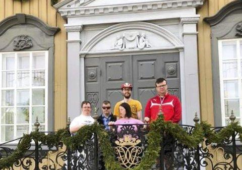 KONGETRIBUNEN: Kai Rune, Remi, Hans Olav, Christer og Pia på balkongen på Stiftsgården. Her bor kongen og dronningen når de er i Trondheim. Foto: Bård Bjerkeseth