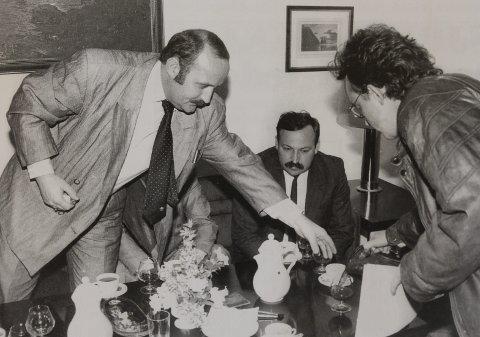 STARTEN: Dette var starten på miljøaksjonen i 1990. Kåre Tannvik skjenker skitt-vann i cognac-glassene til Sydvaranger-direktør Tarald Husaas og hans gjester fra Nikel. Sittende ser vi en overrasket gruvesjef Nikolay I. Kondratyuk ved Nikel-verket. FOTO: SVEIN MARTIN MOE