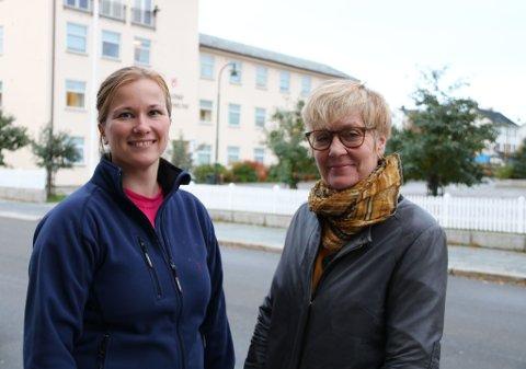 GLEDER SEG: Marju Ballo og Ingela Mästerbo gleder seg til de skal overraske noen med et nytt rom. Foto: Julie Arntsen.