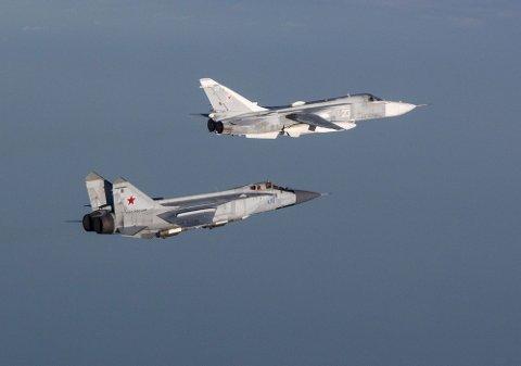 """""""IVAN"""" PÅ VINGENE: Her er to russiske fly fotografert i mai 2018 av norske F-16 fly fra Natos QRA,. Flyene vi ser er nederst et Mig-31 med Nato kallenavn Foxhound. Flyet er en høyhastighets avskjæringsjager. Det er verdens raskeste fly i militær tjeneste i dag, med en toppfart på 3000 km/t! Flyet over er en Su-24, med Nato kallenavn Fencer. Dette er taktisk førstelinjes bombefly. Begge flytypene er tosetere, der piloten sitter foran mens bak sitter navigatøren/våpenoperatøren. Det var 11 fly lik det forreste som i februar i år simulerte angrep på Vardø-radaren."""