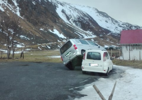 TROLLSTERK. Vinden tok tak i den ene bilen og løftet den oppå den andre.