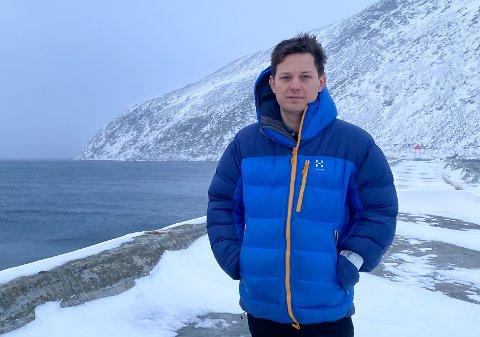 LANG MOLO: Omtrent fra der ordfører Sigurd Rafaelsen står er det planlagt en molo på 300 meter på skrå utover til venstre over mot andre sida av havna.