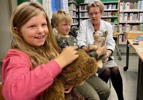OPERASJONER: (F.v.) Andrine Johansen (7) har med seg bamsene Julius og Petter Julius fra Kristiansand dyrehage, mens bror Leon Johansen (9) har med en ulv/hund uten navn, til bamsedoktor Gunhild Bjørnes.