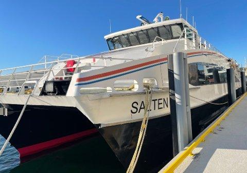 """Dette er katamaranen """"MS Salten"""" som Roy Andersen ønsker å kjøpe. Hurtigbåten  ble tatt ut av trafikk i juni i fjor, og siden har den ligget ved kai i Bodø."""
