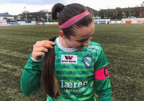 KORTKLIPT KAPTEIN: Klepp-kaptein Tuva Hansen med den lange hestehalen i hånda etter at hun valgte å klippe seg for å donere håret sitt til kreftsaken.