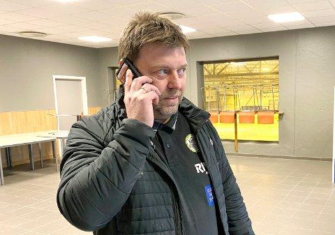 TRAVEL: På dagtid er Glenn Eriksen prosjektutvikler hos Risa. På kveldstid blir det noen timer i Nye Loen - og en del telefoner.