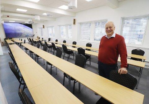 Koronatilpasset konferansesal: Hans Narverud har gått med tommestokk. 36 er det nå plass til mot 80 ved bord til vanlig, eller 115 uten bordplassering. – Slik må det være i en tid framover, konstaterer han. Foto: Pål Nordby