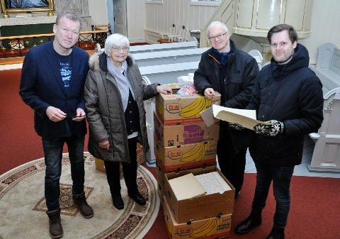 STOR SAMLING: Kari Arvidson har gitt samlingen med noter etter tidligere organist Kjell Arvidson til Holmestrand kirke. Mandag leverte hun og  Arnstein Roch Øverland kassene med noter til Bjørn Luksengård og Andreas Auby.