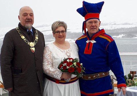 GIFT MED SJEFEN: Nicole Merten har vært Hans Hatles kunde, ansatt og samboer, og nå er de gift. Ordfører Rune Rafaelsen (til venstre) viet paret.