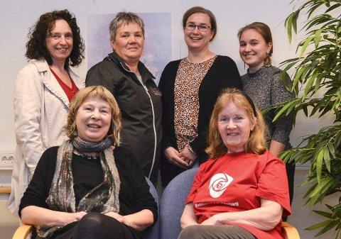8. marskomiteen: Bak frå venstre: Hilde Enstad (Ap), May Britt B. Bendiksen (Fagforbundet), Runhild Kjeldsaas (SV) og Marie Ø. Kjeldaas (SV). Framme frå venstre: Elisabeth Croles (SV) og Irene Nielsen-Sjo (Kvinnekontakt i Ap).foto: HILDE ELISE FØRDE-TISLEVOLL