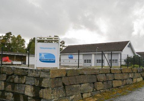 Kommunestyret vedtok torsdag å levera inn eit intensjonsbod på aksjar for 75 millionar kroner i Haugaland Kraft. Her illuestrert ved kraftselskapet sitt lager og administrasjonsbygg på Bjoaneset.