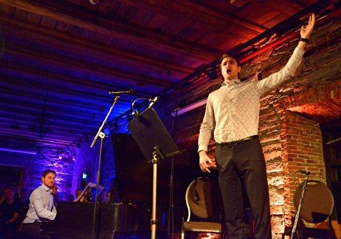 I DRAGET: Pianisten Matthias Isaksen og sangeren Aleksander Løe Myrling høstet stor applaus i Smeltehytta fredag kveld.
