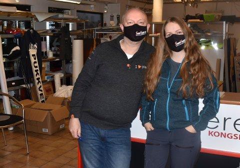 KOPISENTERET: Bjørn Johannessen og Silje Karoline Vik-Thoresen trykker logoer på munnbind. Akkurat disse står det Sveahuset på, men de har trykket en del morsomme som de har levert fra seg, forteller de.