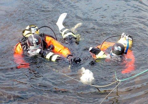 REDDER LIV: Kongsberg brann og redning har stadig øvelser innen redningsdykking. Under ferieavvikling er det færre på jobb til å ta dykkeroppdrag.
