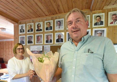 SISTE LEDER: Leif Stensrud ble den siste lederen i IL Skrim håndball elite. Laget legges ned fra 1. januar 2021. Han fikk blomster av Hanne K. Bakkerud på årsmøtet,. ALLE FOTO: OLE JOHN HOSTVEDT