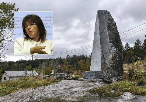 En bauta til besvær: Helga Tharaldsen (innfelt) er en av naboene som har kjempet mot bautaen siden den bla satt opp.