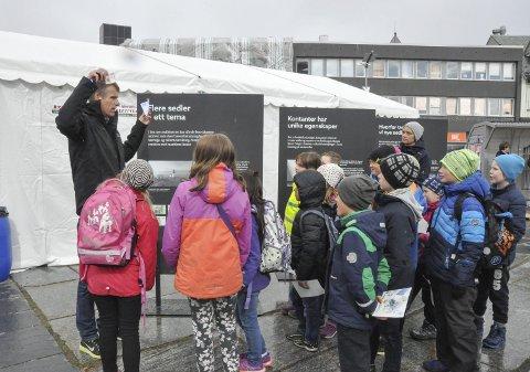 Verdi: «Hva har mest verdi av en 100-lapp og en lapp det står 200 kroner på?» ble barna spurt om av rådgiver i Norges Bank, Svein Nygård.